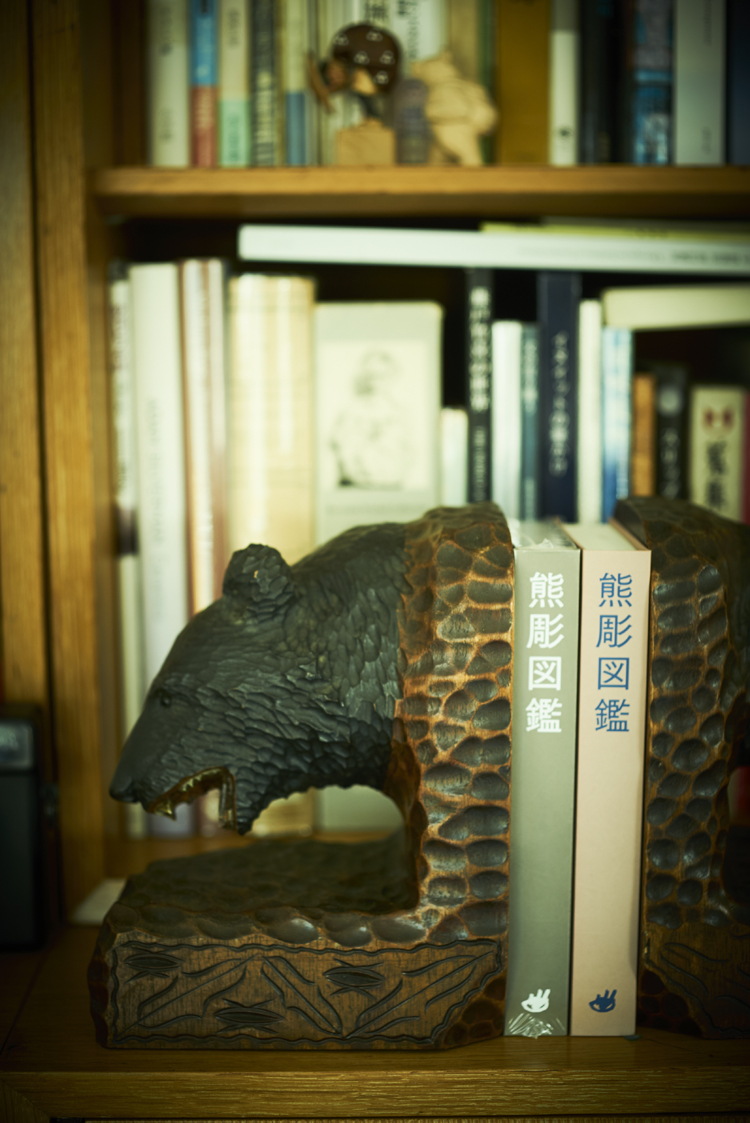 熊彫図鑑と木彫り熊のブックエンド
