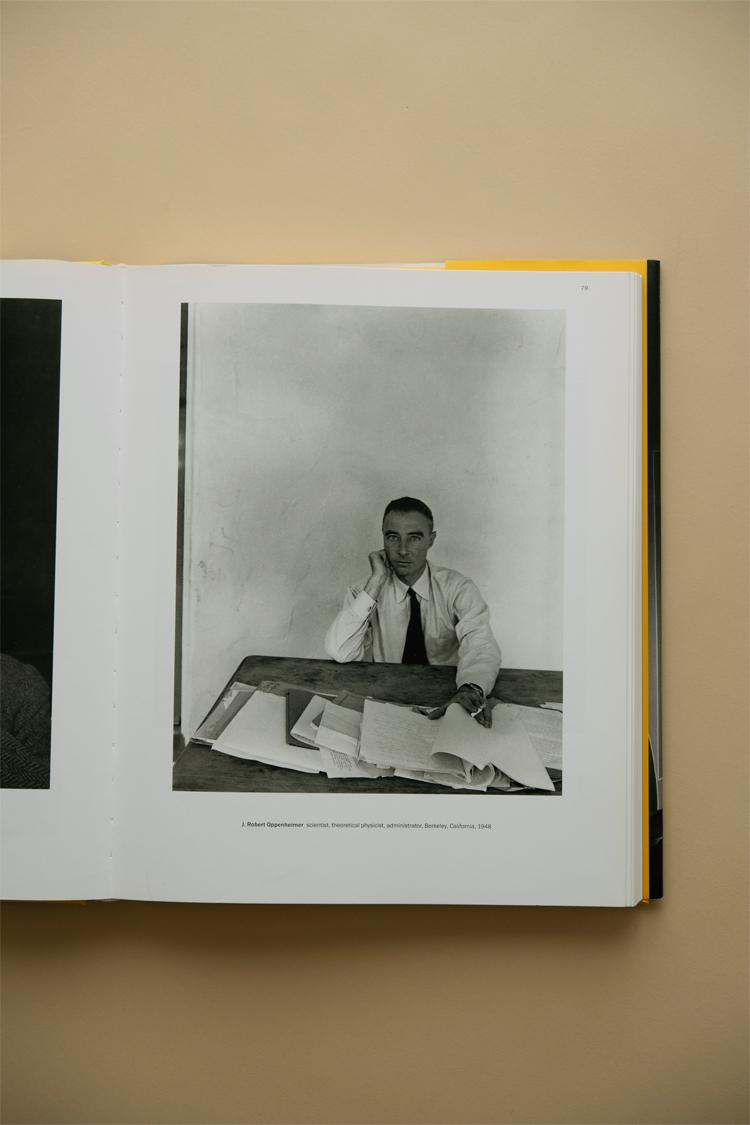 アーノルド・ニューマンが撮影したロバート・オッペンハイマーのポートレート