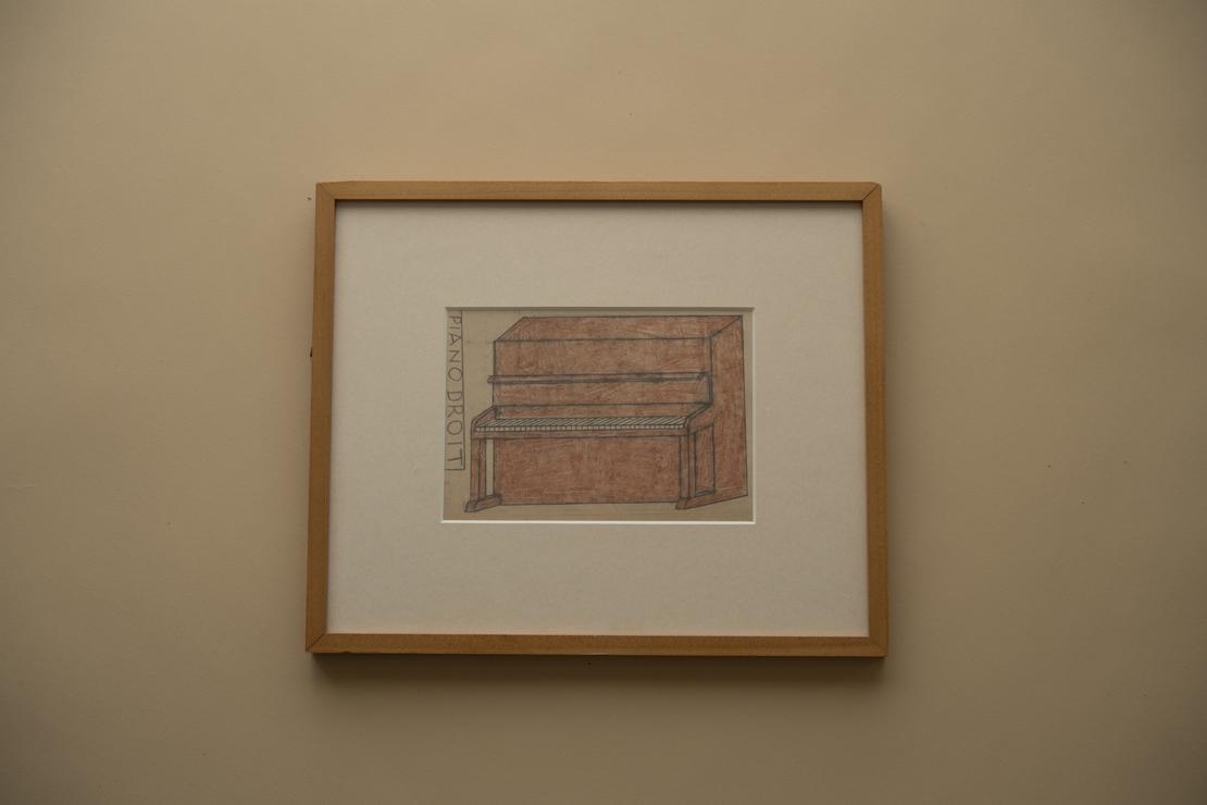ハガキ大の紙に描かれた赤茶色のアップライトピアノ