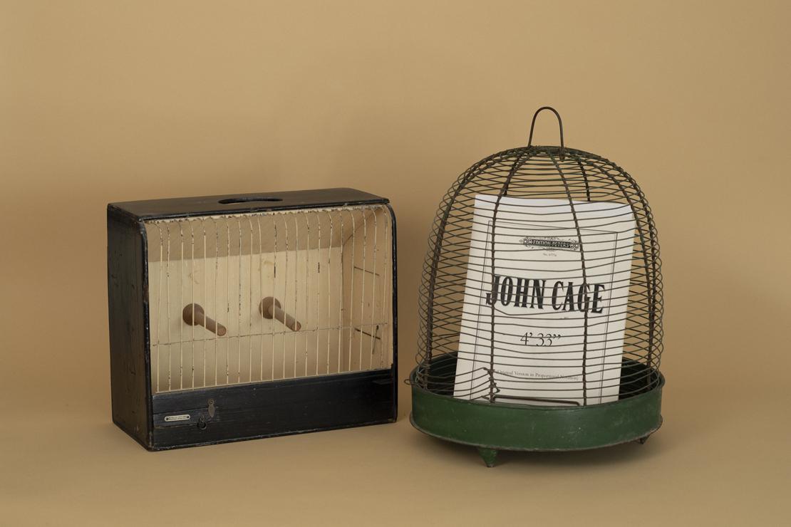 岡尾美代子さん旧蔵のイギリス製バードケージと古い日本製のバードケージ。