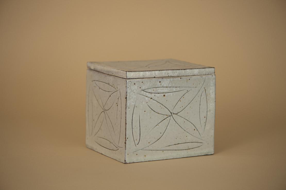 舩木研兒の白釉蓋物(陶箱)