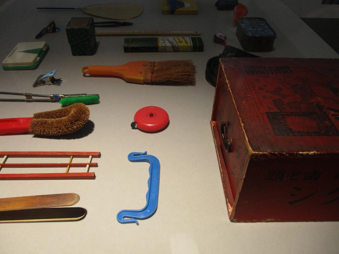 ワイズベッカー のアトリエから運ばれて展示されている文房具など