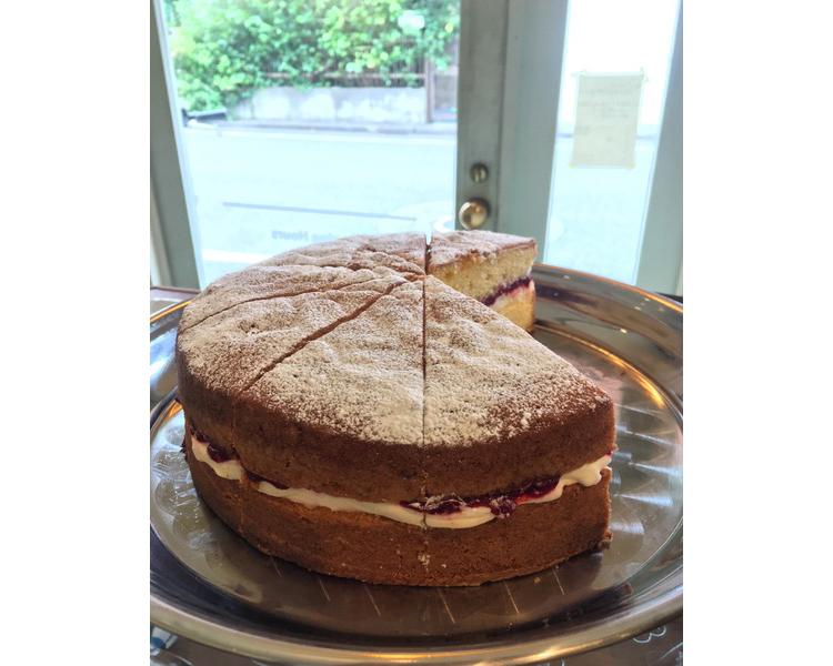 Kies のビクトリア スポンジ ケーキ。バタークリーム&ラズベリージャム。