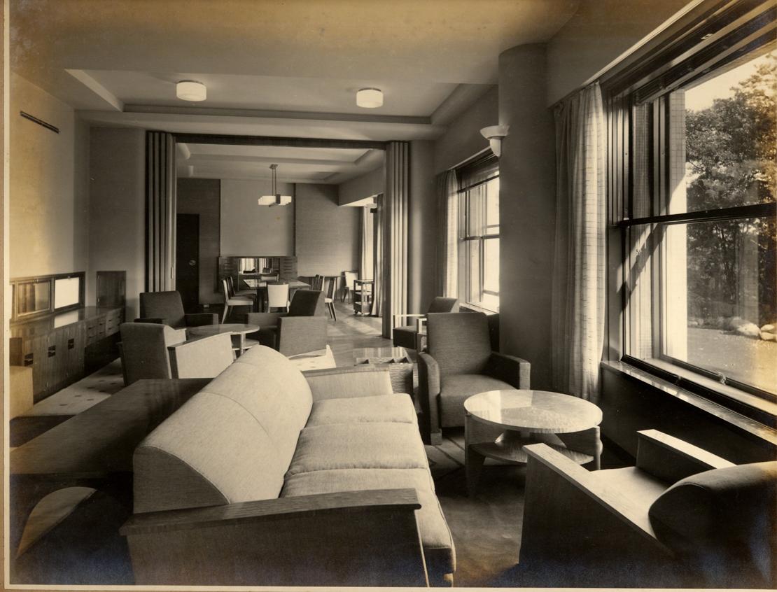 原邦造邸の一階のダイニングに続く大きな居間