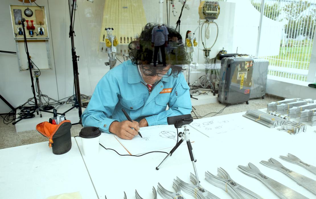 アイディアスケッチをする土佐信道 明和電機代表取締役社長