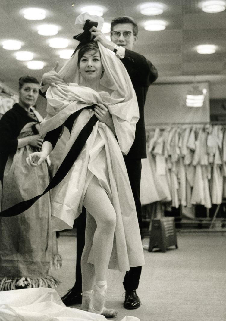 ロベール・ドアノー 《バレエ「カルメン」の衣装合わせ、イヴ・サン=ローランとジジ・ジャンメール》