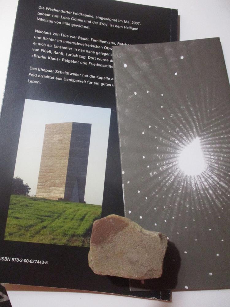 ブラザー・クラウス野外礼拝堂の資料と粘土質の砂石