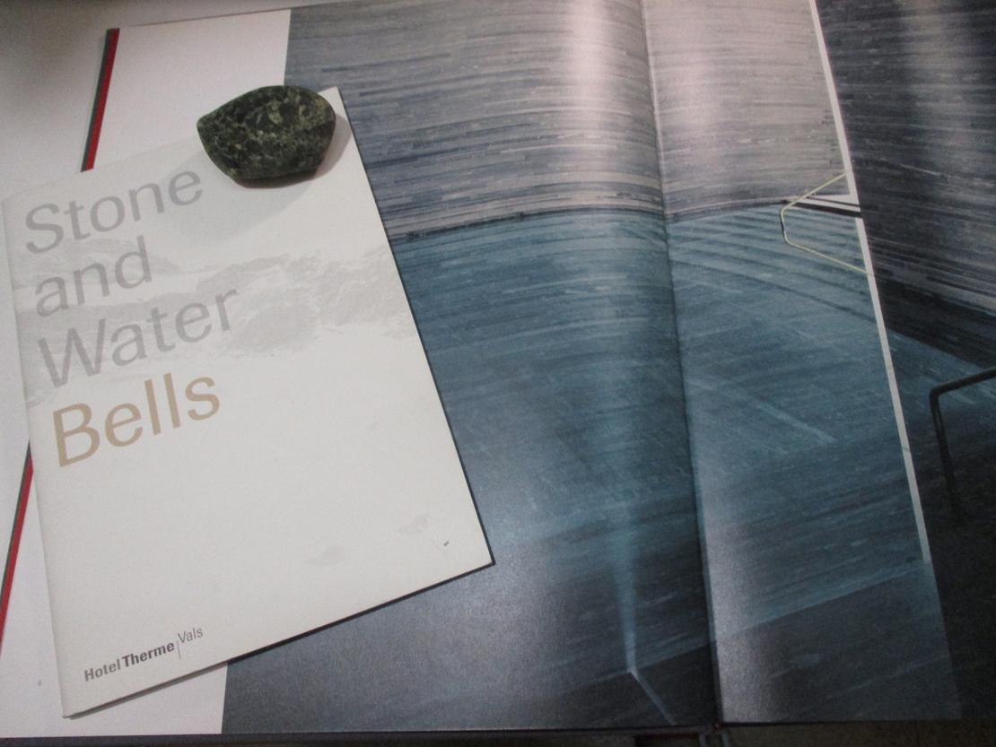 ピーター・ズントーが設計したスパ施設「Therme Vals」の資料と珪岩の小石
