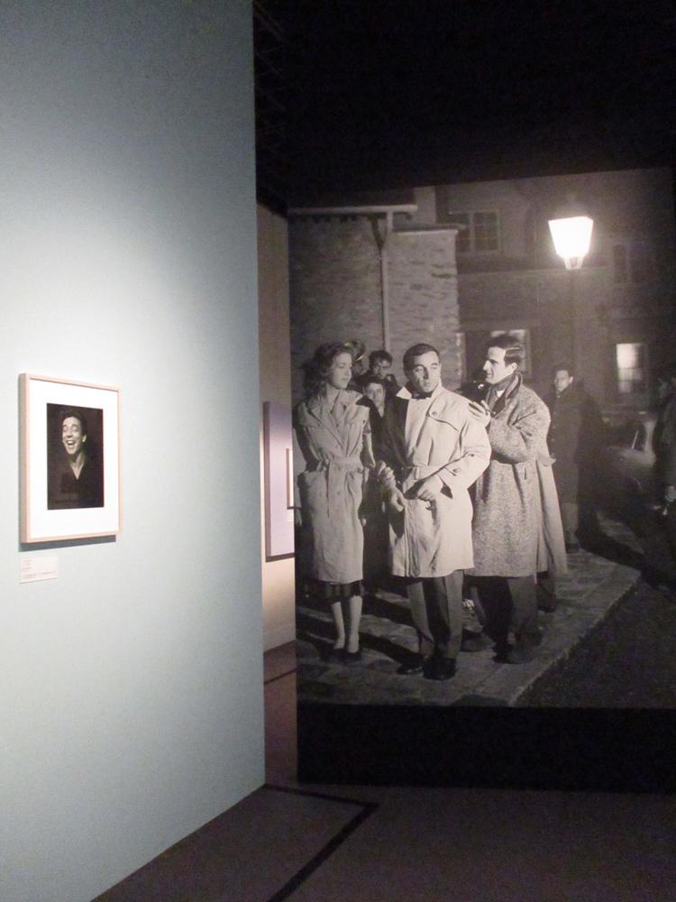 右からフランソワ・トリュフォー監督、アズナブール、共演のマリー・デュボワ