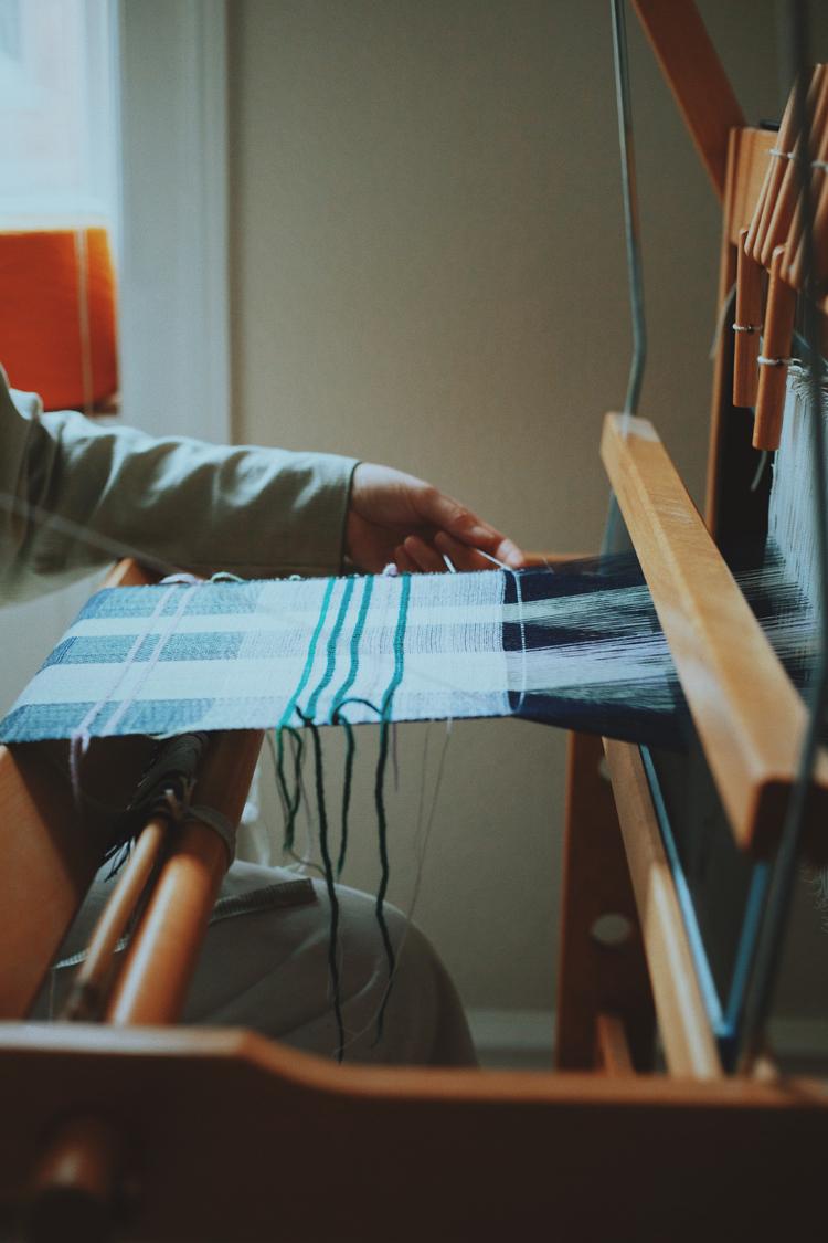 テキスタイルデザイナー・Emma Terweduwe(エマ・テルウェドウェ)さんの手元と織物