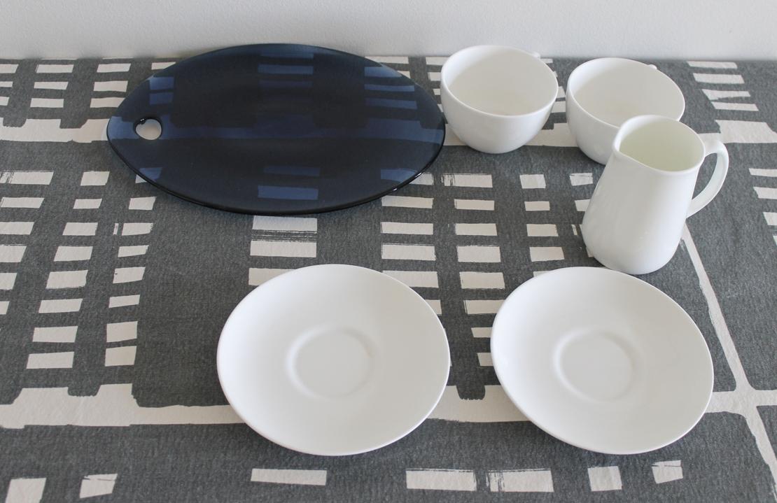 辻和美さん作のガラス皿と白い陶器