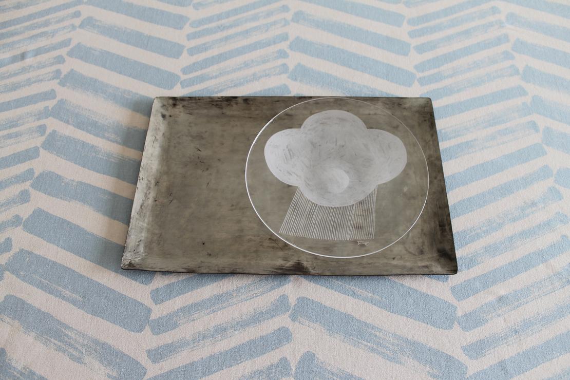 銀色のトレーと雲のガラス皿
