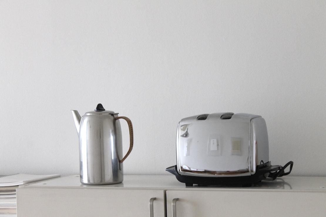 銀色のポットとサンビーム社のトースター