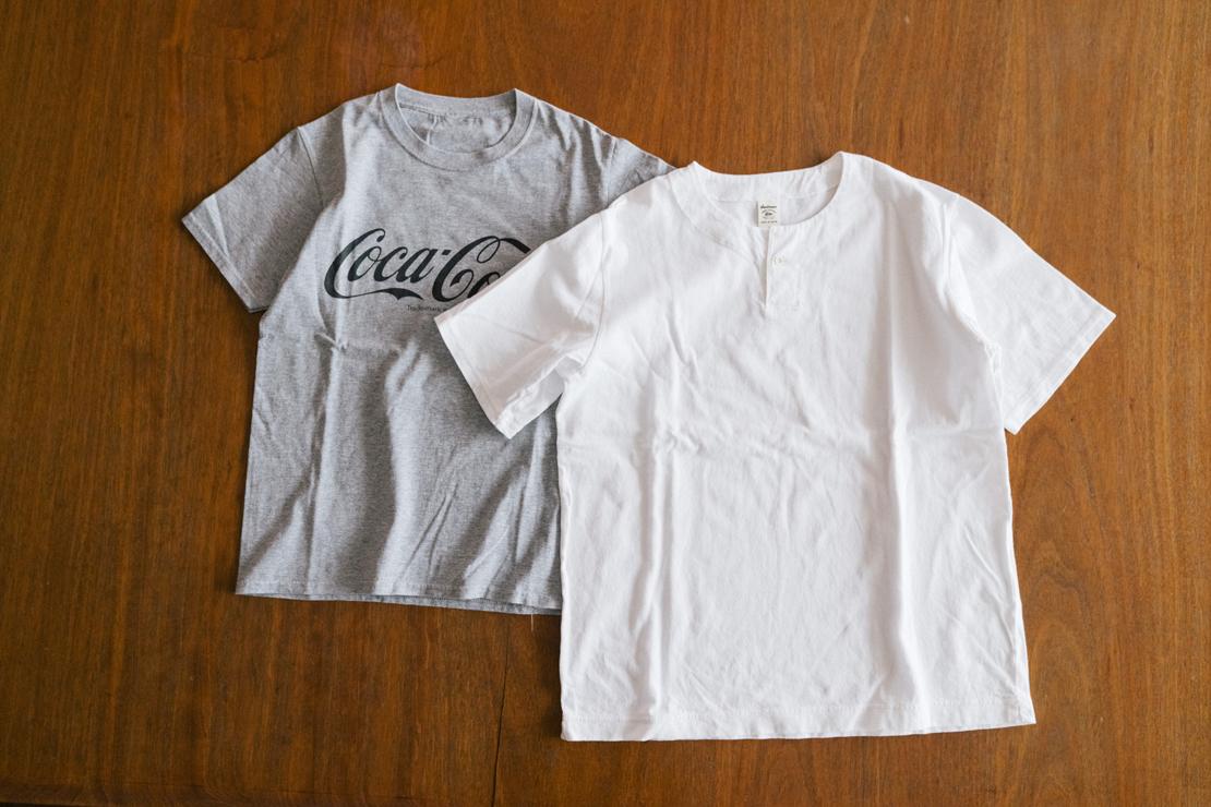 「コカ・コーラ」のロゴがプリントされたTシャツと、メンズサイズの白いTシャツ(堀井和子さん私物)