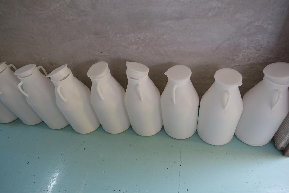 木次乳業の通路に並んでいた白いボトル