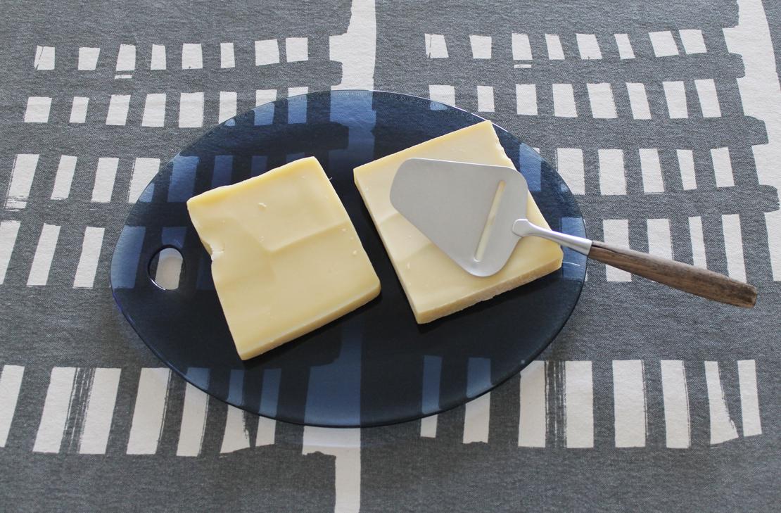 辻和美さん作のガラス皿とチーズ