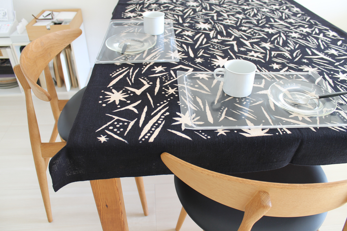 柚木沙弥郎さんの型染のテーブルクロスを使った食卓