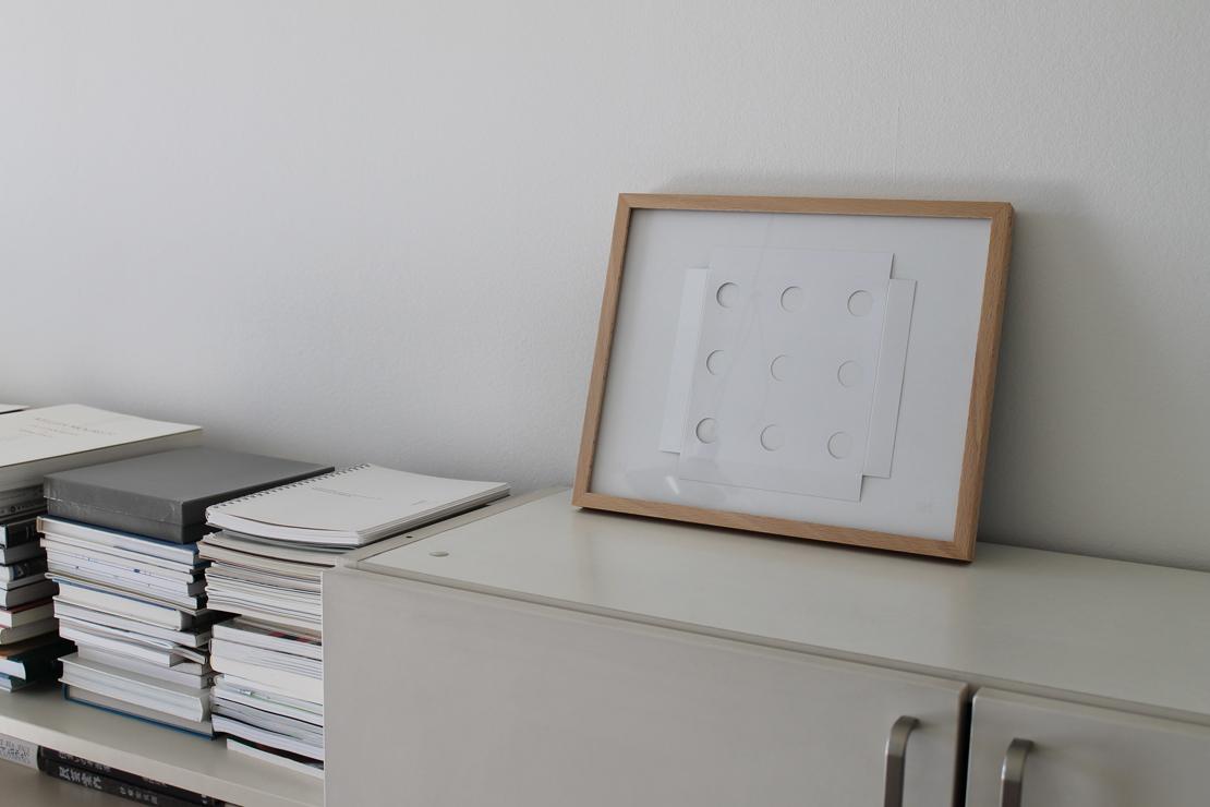 薄い紙箱の底面を上げる役割をしていた白い紙