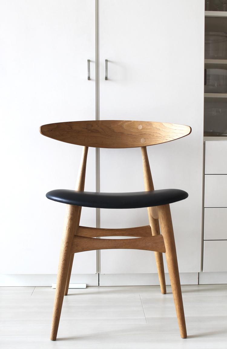 ウェグナーの黒い革張りの椅子