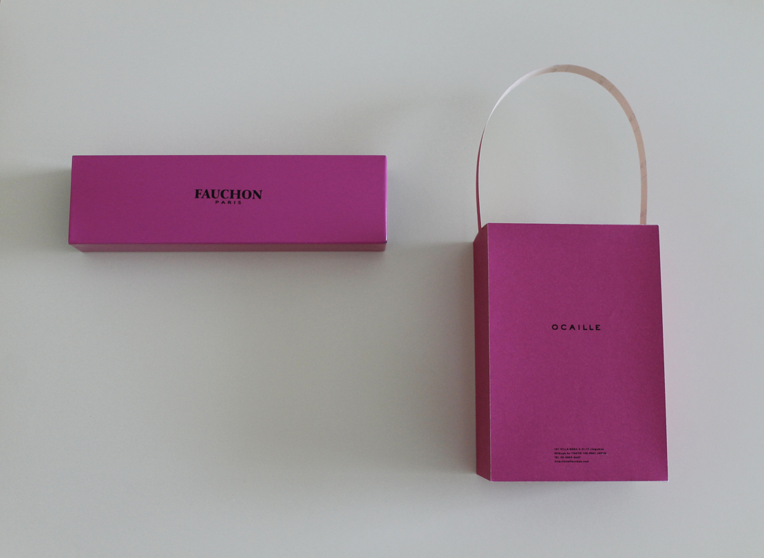 ピンク色の紙バッグ