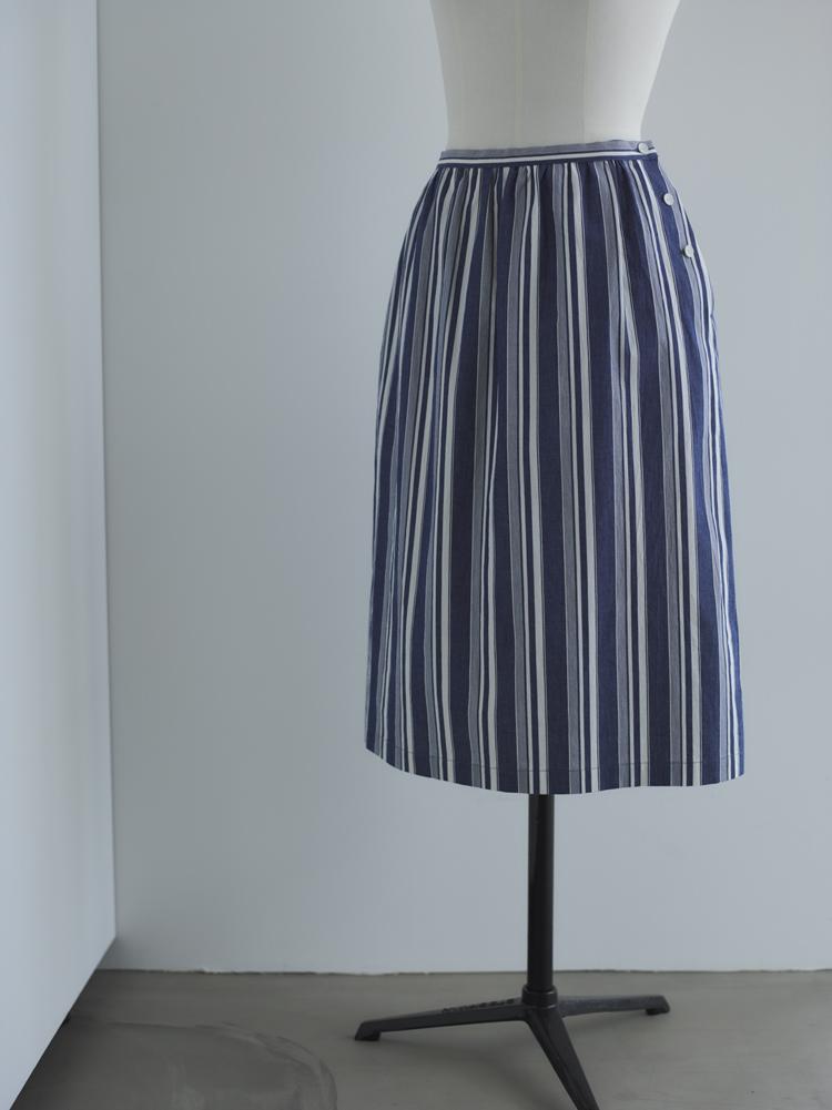 霞んだような綺麗なブルーのストライプスカート
