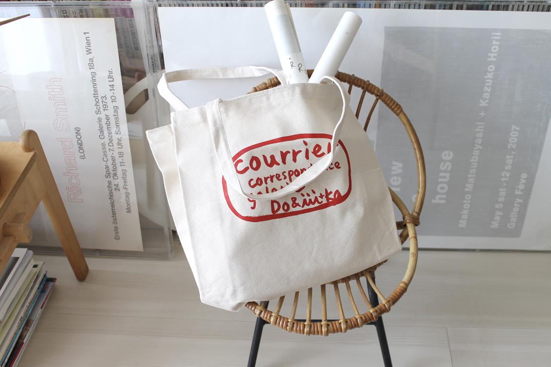 堀井和子さんの手描き文字がプリントされたトートバッグ