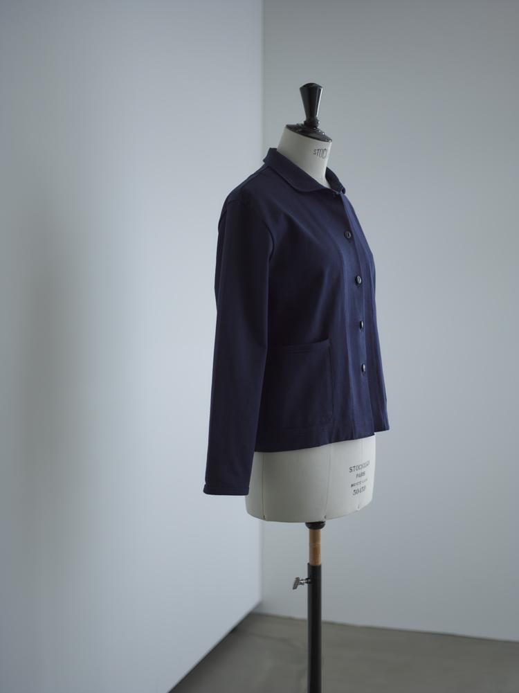 フランスでよく見かける濃いブルーのジャケット