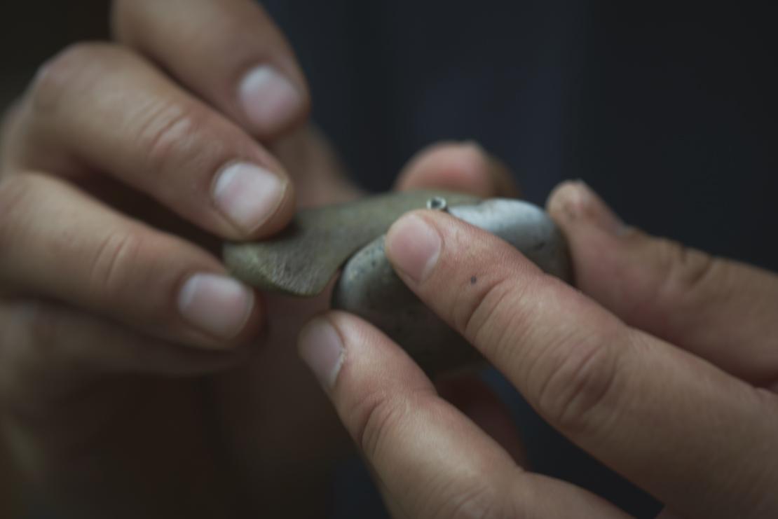 造形作家・古賀充さんの手と作品