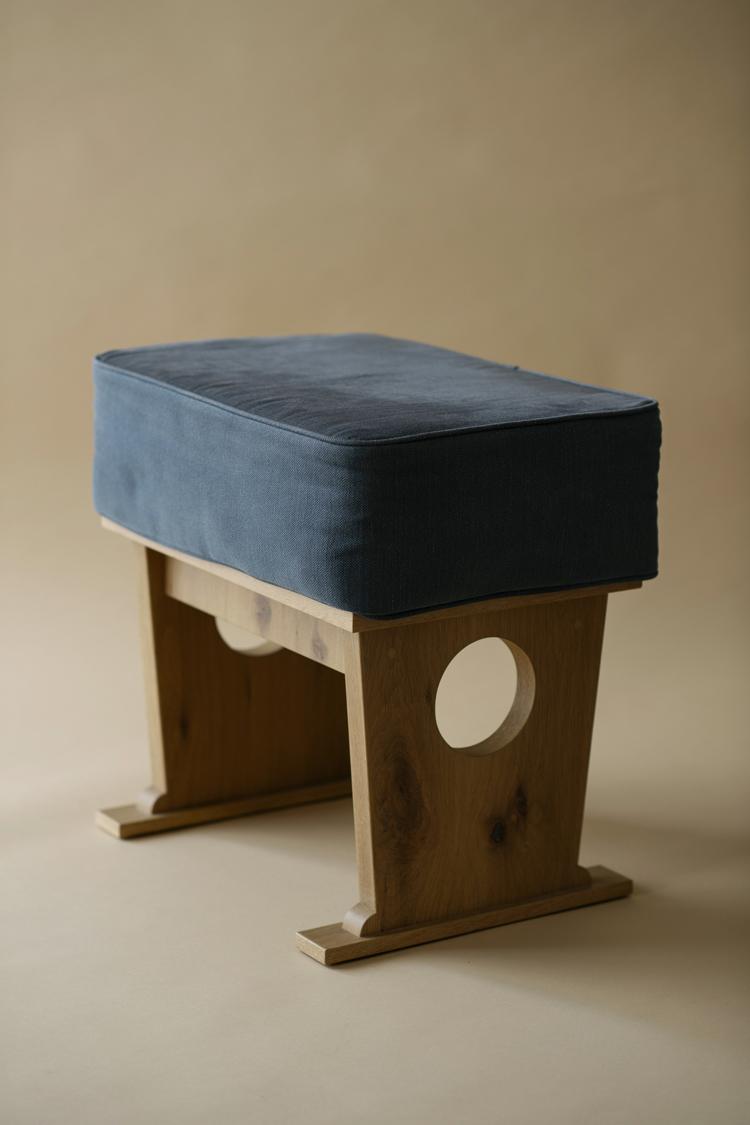 POSTALCOのマイク・エーブルソンさんが「陰影礼賛」をテーマにデザインしたCLASKAの部屋のためにつくったスツール